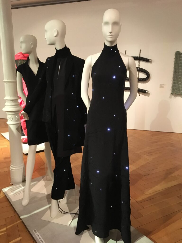 Kleid aus Stoff mit LED-Besatz
