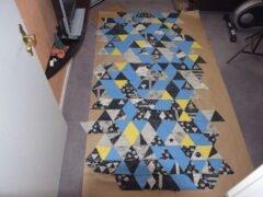 Dreiecke auf Packpapier gesteckt