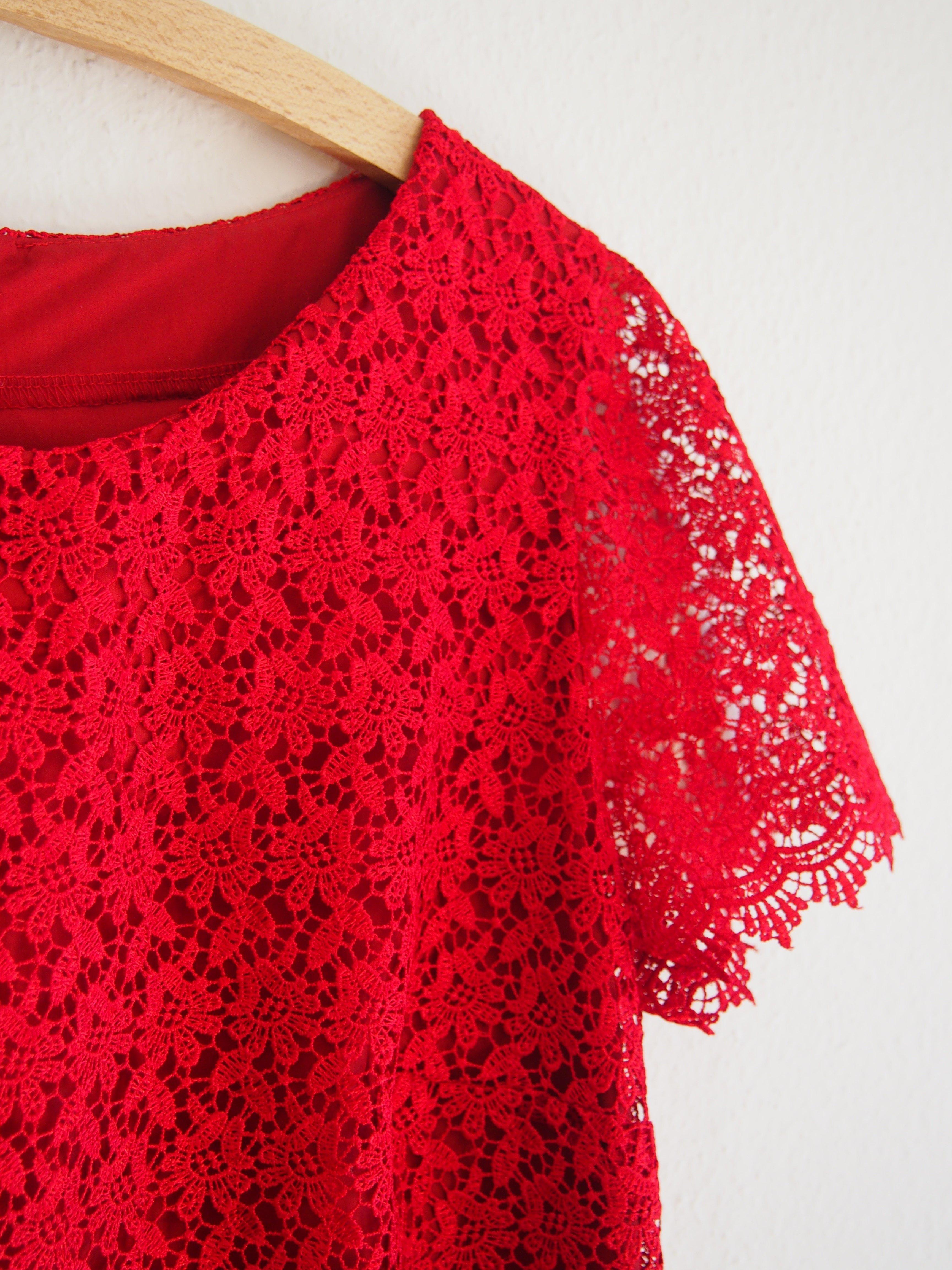 Ein Kleid Aus Spitze Nahen Nahbeschreibung Fur Ein Festliches Kleid Aus Spitze