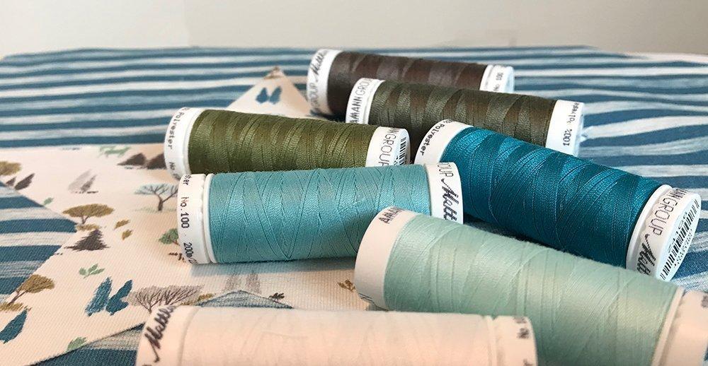 Garnfarben zur Auswahl in Grau, Braun, Grün und Blau