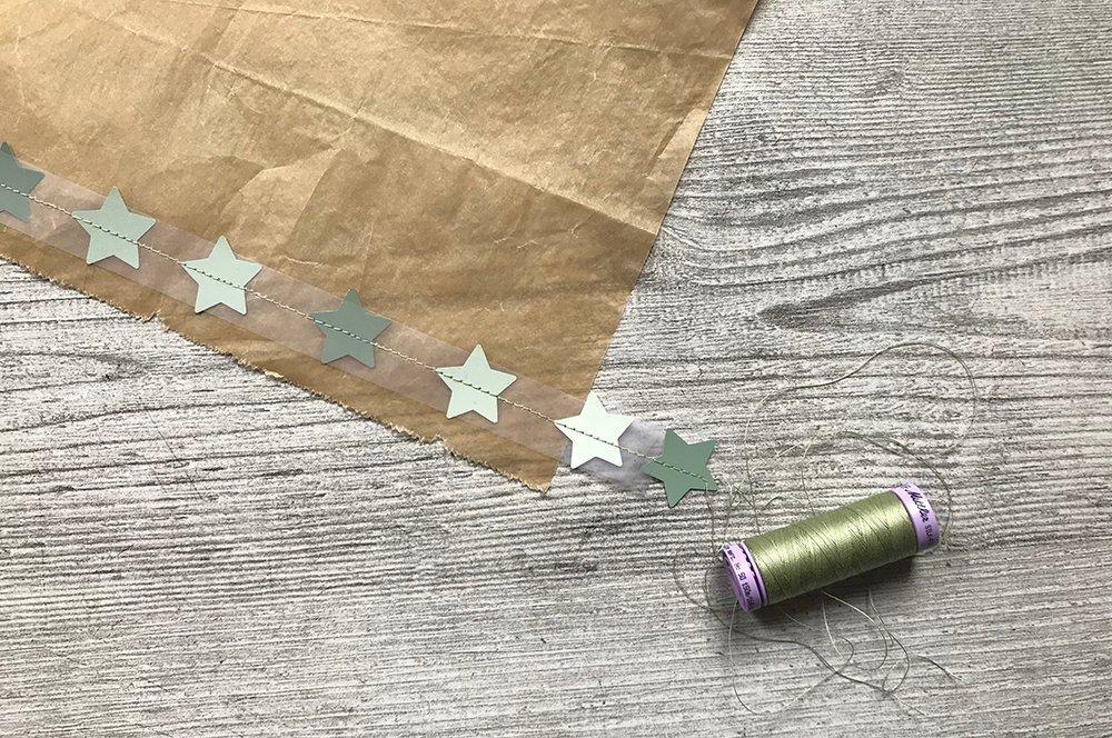 Sterne auf Backpapier kleben