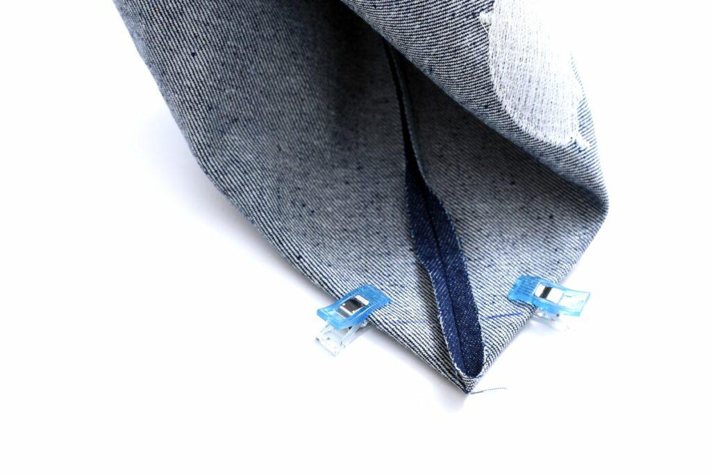 Eine Lenkertasche aus Jeans mit Reflektorgarn
