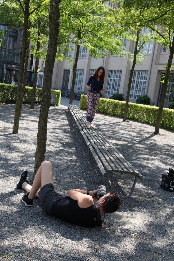Im Gras liegen oder neben einer Parkbank auf dem Boden wälzen.