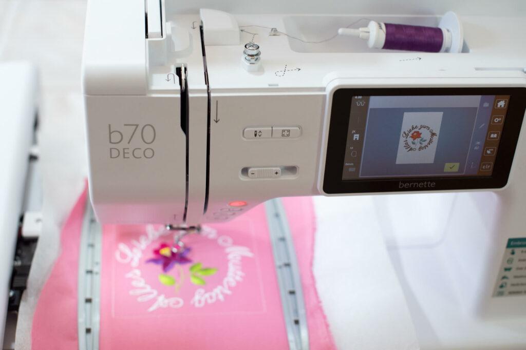 Eine Muttertags-Karte mit der bernette Stickmaschine 70 DECO selber sticken.