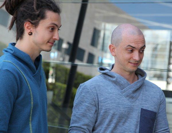 Die Brüder Christoph und Philipp schauen und hören ganz gespannt auf die Anweisungen, was sie sonst bei ihrem Vater nicht so machen.