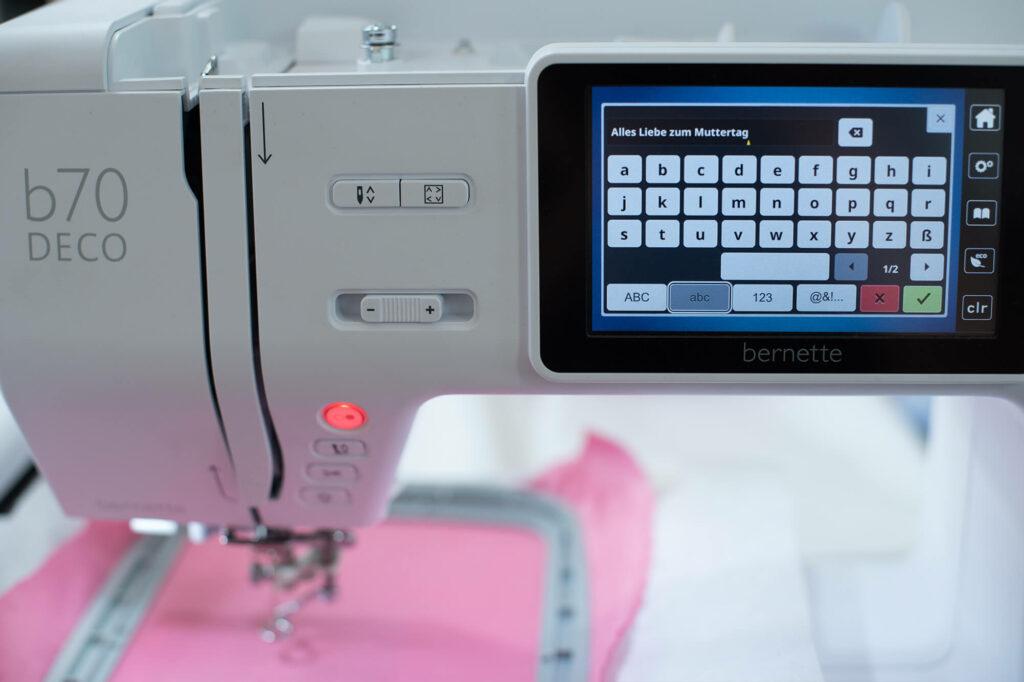 Eine schöne selbstgestickte Muttertags-Karte mit der bernette Stickmaschine 70 DECO selbermachen.
