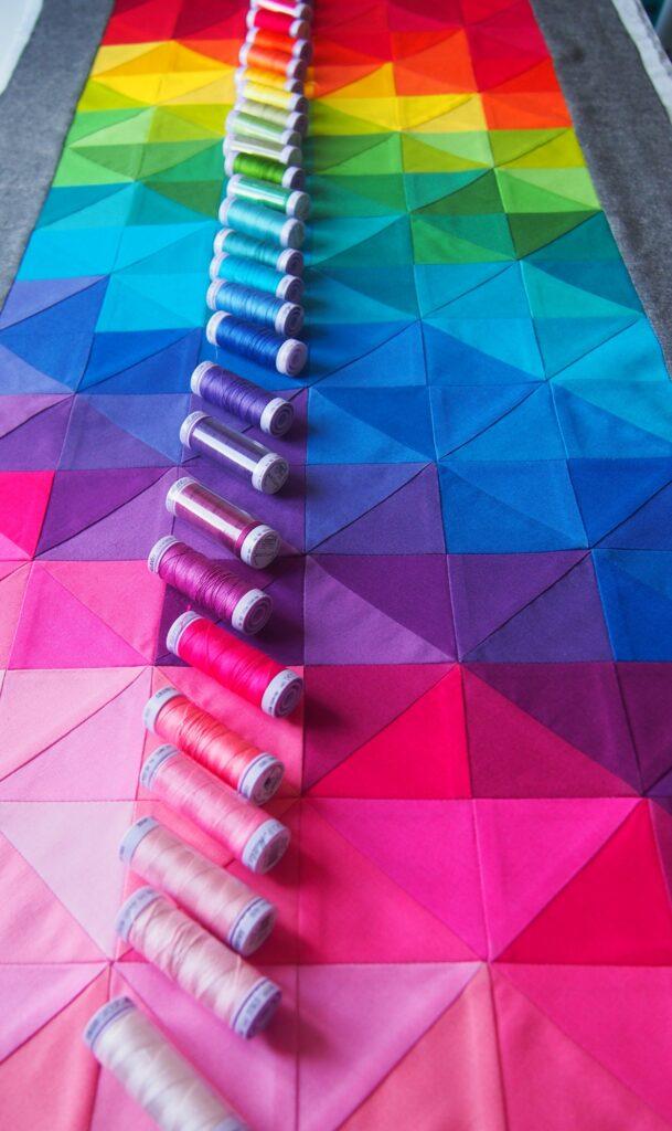 Half Square Triangles Tischläufer Regenbogen
