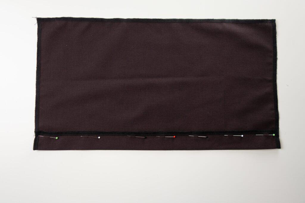 3 cm breiten Saum festgesteckt und gebügelt