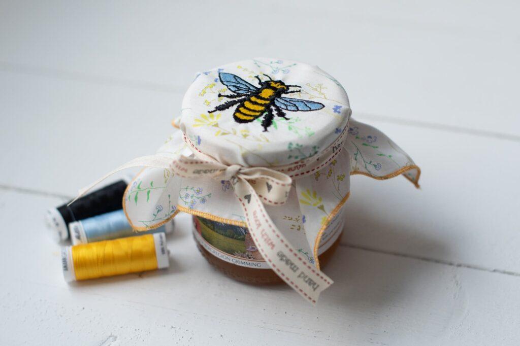 Tutorial - ein zauberhaftes Deckchen mit Bienen-Stickdatei mit der bernette Stickmaschine 70 DECO selber sticken.