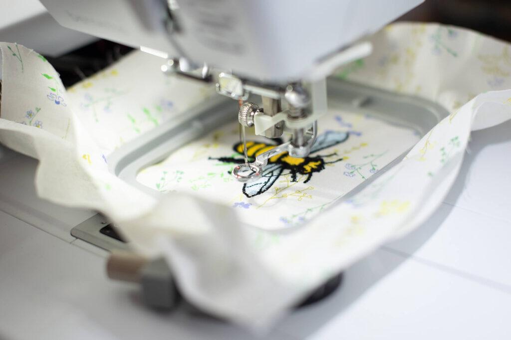 So bestickst du ein Deckchen mit Bienen-Motiv mit der bernette Stickmaschine 70 DECO - Tutorial von Selbermachen macht glücklich für bernina