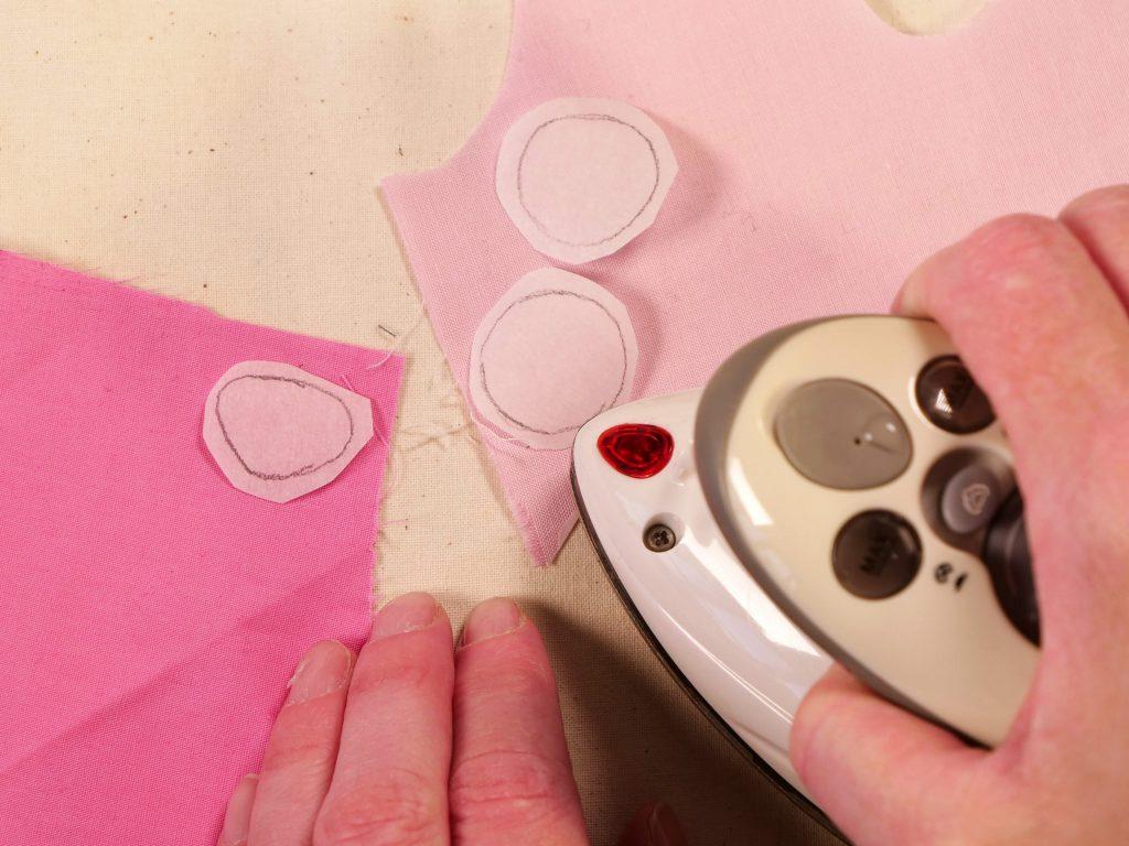 Maske nähen für Kinder - das Aufbügeln der Applikation