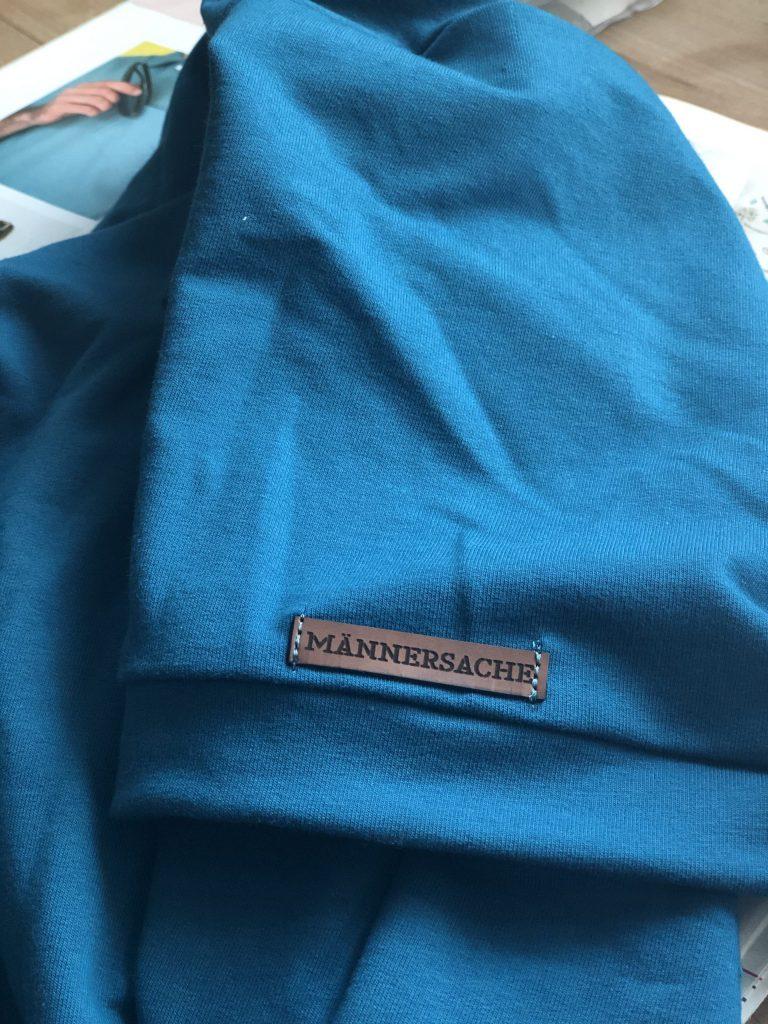 Männershirt nähen – Label am Ärmel