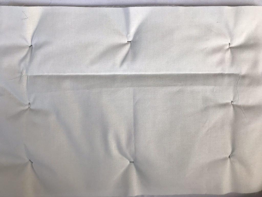 Rückseite des Quilts mit Sicherheitsnadeln und erster Naht