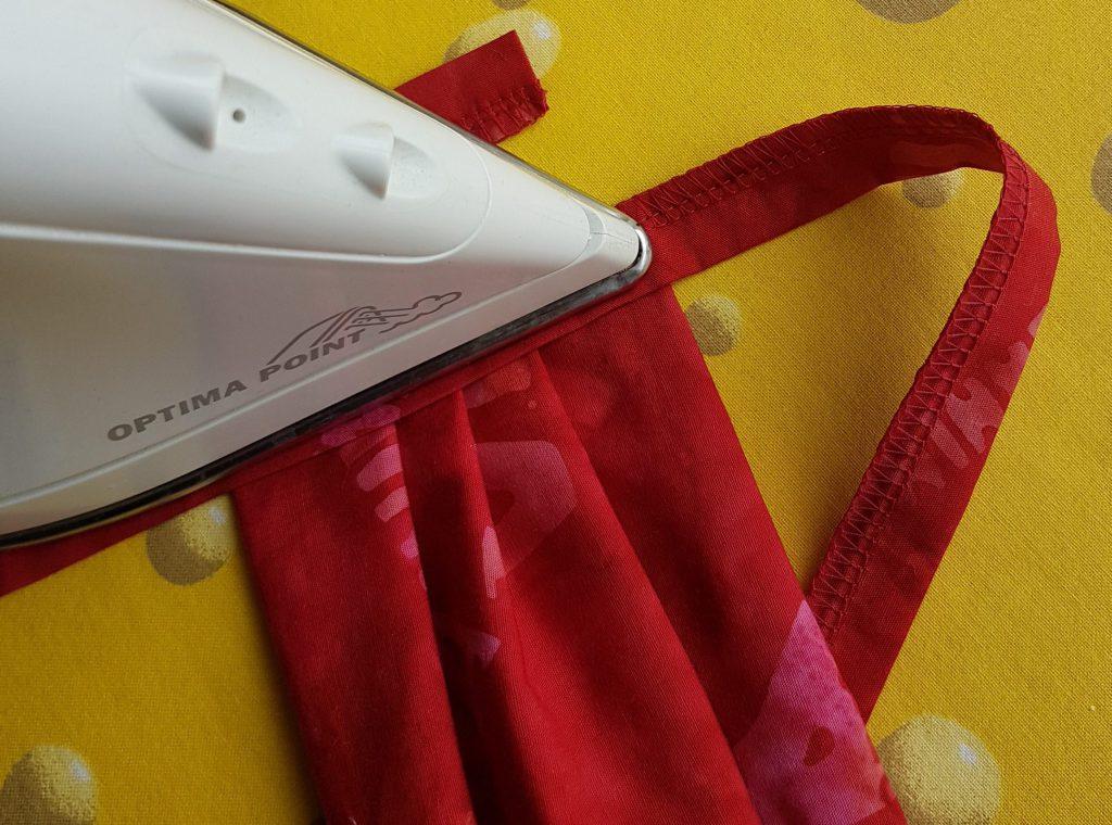 Overlock-Maske zum Abschluss bügeln