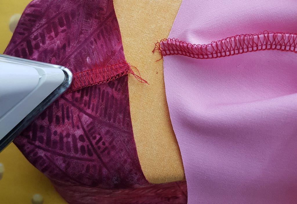 Behelfsmaske nähen mit der Overlock – zum ersten Mal bügeln
