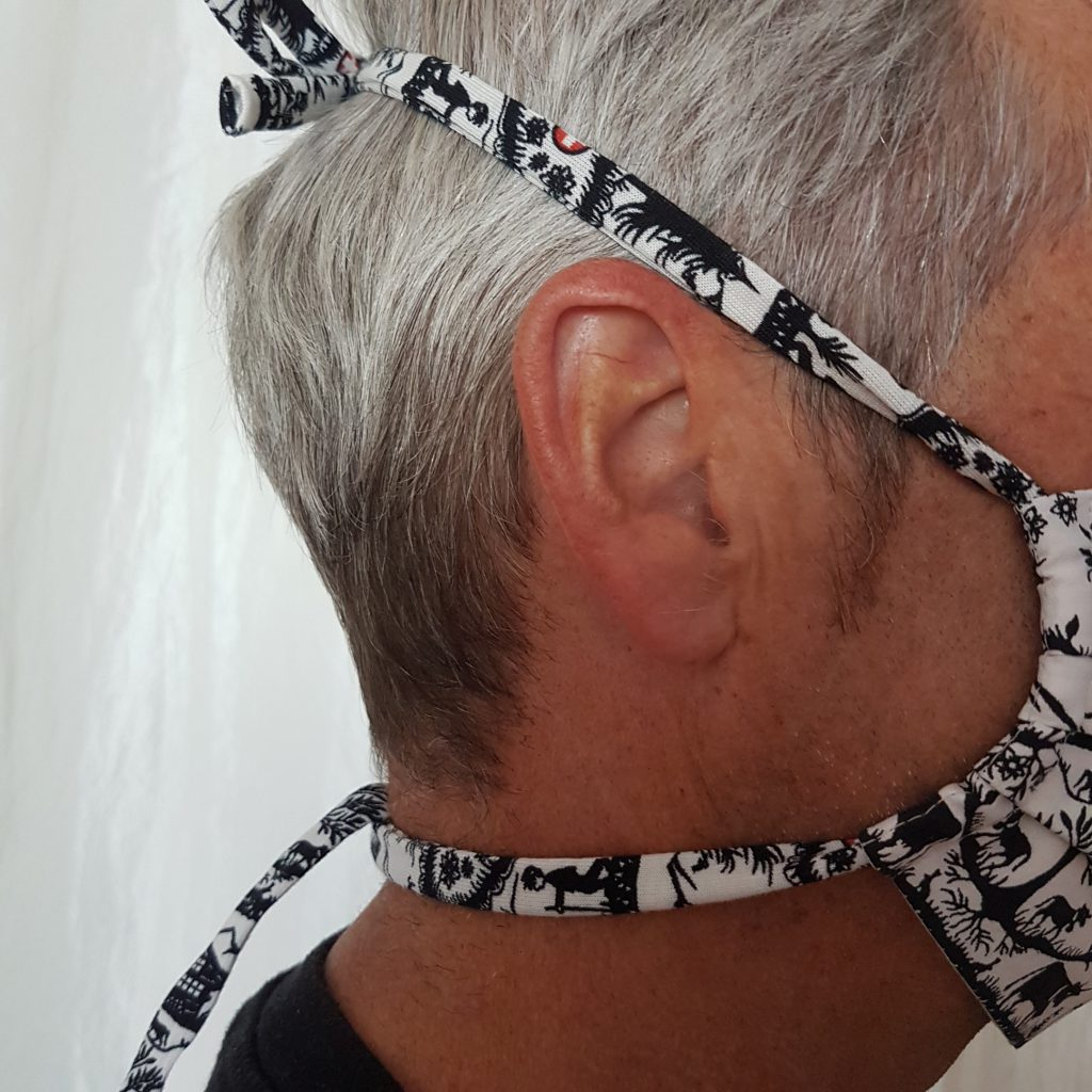 Behelfsmaske nähen mit der Overlock: Gummibänder über dem Kopf