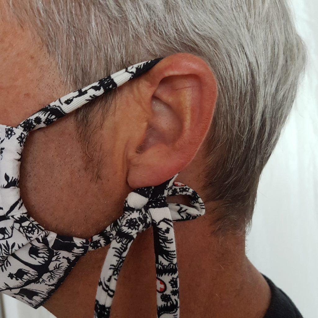 Behelfsmaske nähen mit der Overlock - Bänder hinter dem Ohr