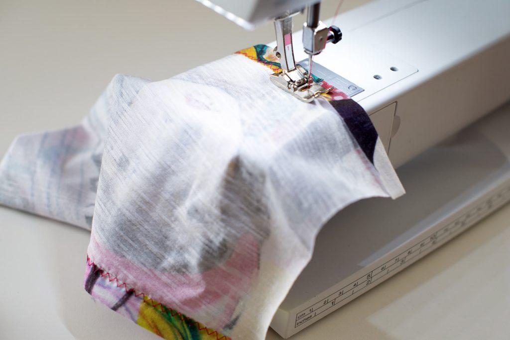 Dehnbare Behelfsmasken mit elastischem Seraflex Garn nähen.