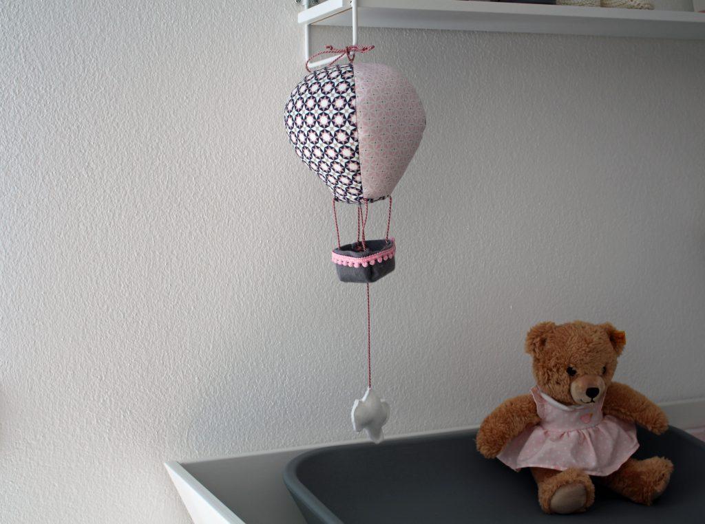 Fertige Heißluftballon-Spieluhr im Kinderzimmer