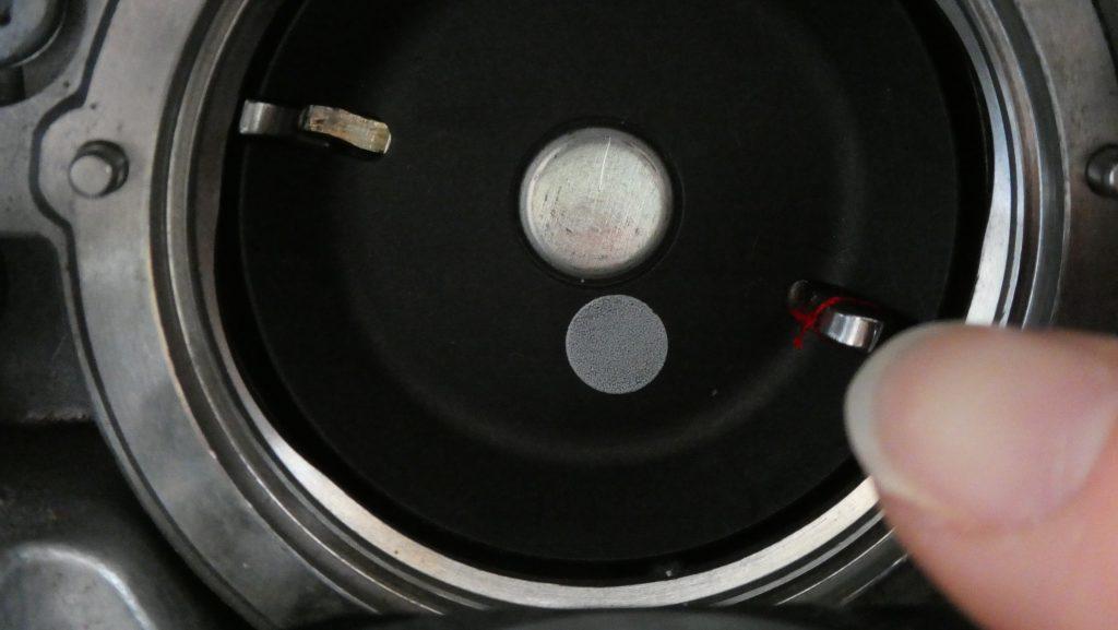 Nähmaschine reinigen - Fadenreste im Greifer