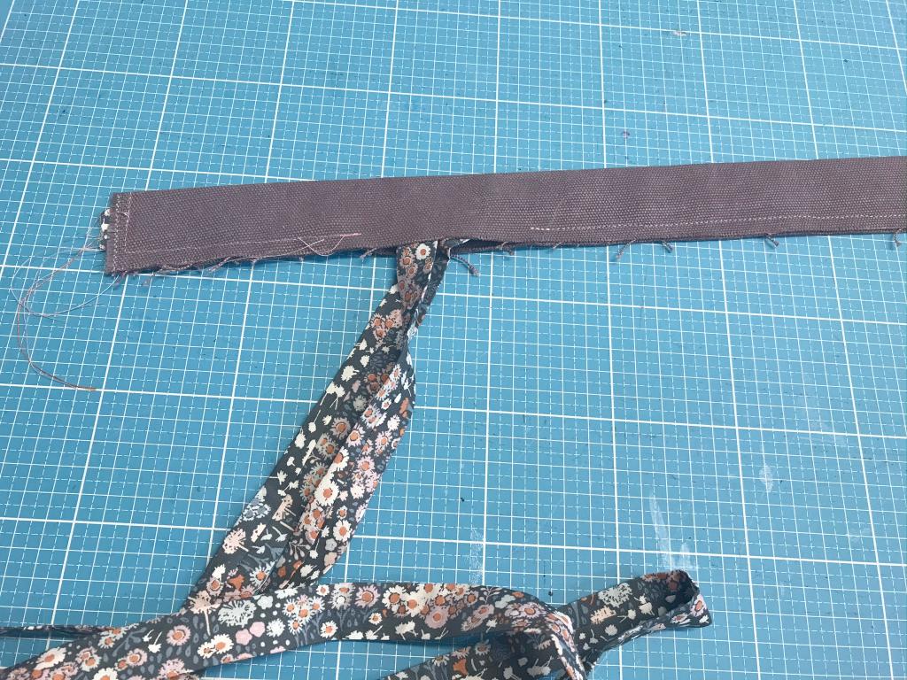 Stoffgürtel nähen - die schmalen Seitenkanten werden geschlossen