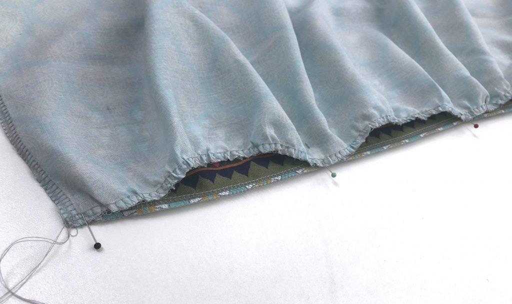 Bild zeigt die gekräuselte Stoffbahn auf der glatten liegend