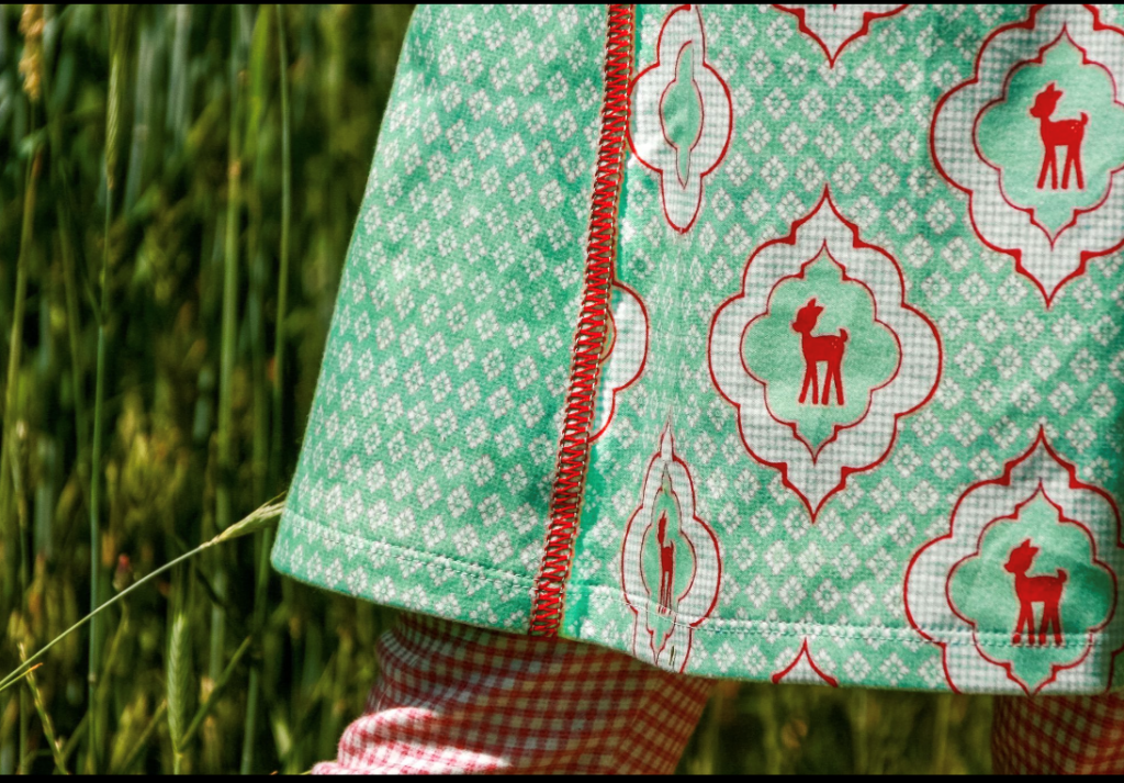 Mädchentunika nähen – die dekorative Flachnaht