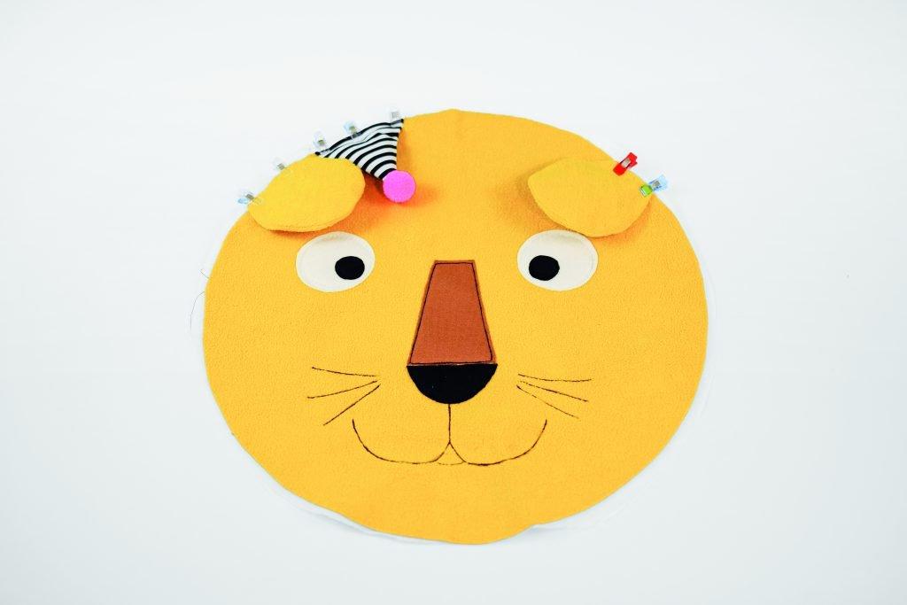 Löwenkissen nähen – Ohren und Partyhut festnähen