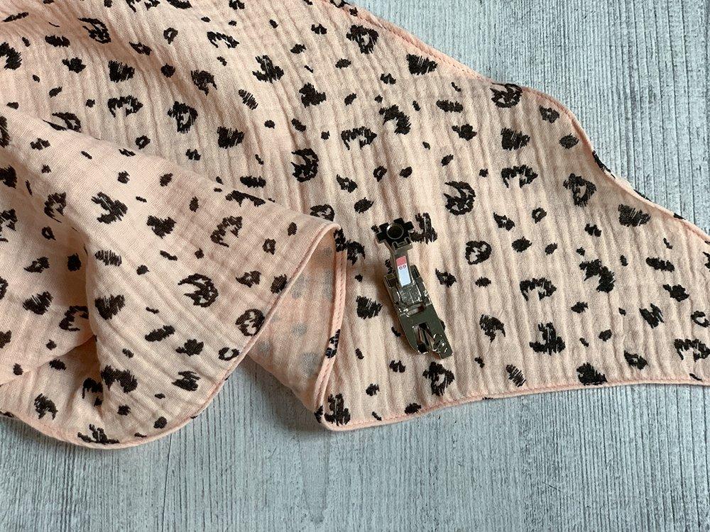 fertiges Tuch aus rosa Leo-Musselin