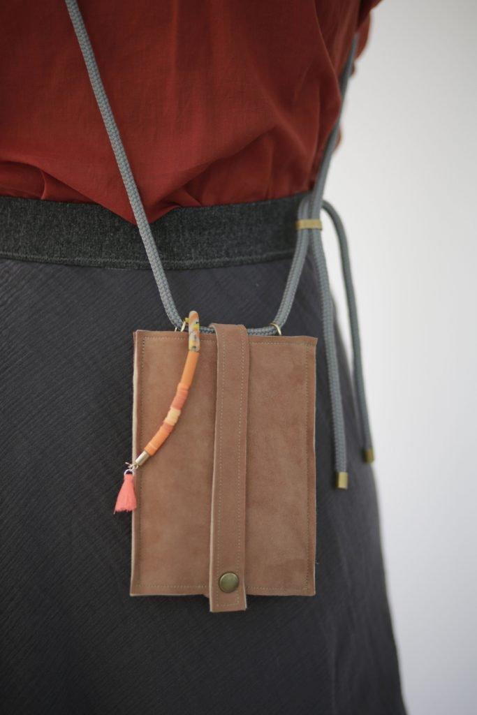 Fertiggenähte Handyhülle aus einem alten Lederponcho