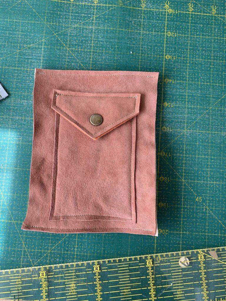 Kartenfach füreine genähte Handyhülle aus Leder