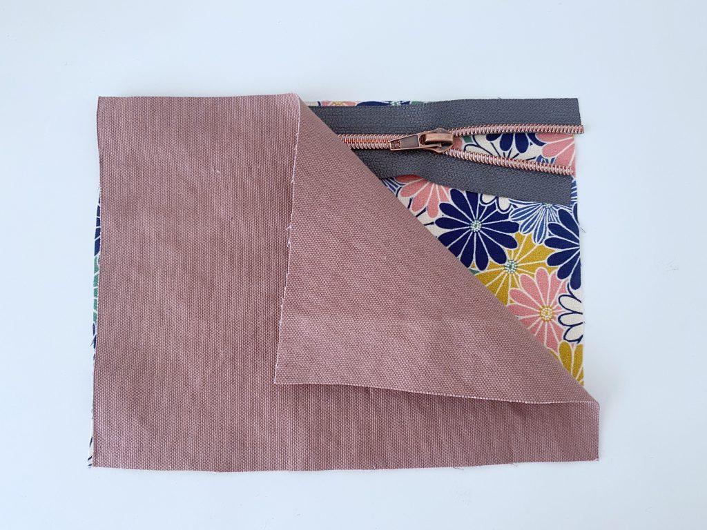 Rucksack nähen – übereinander liegende Stoffteile mit Reissverschluss