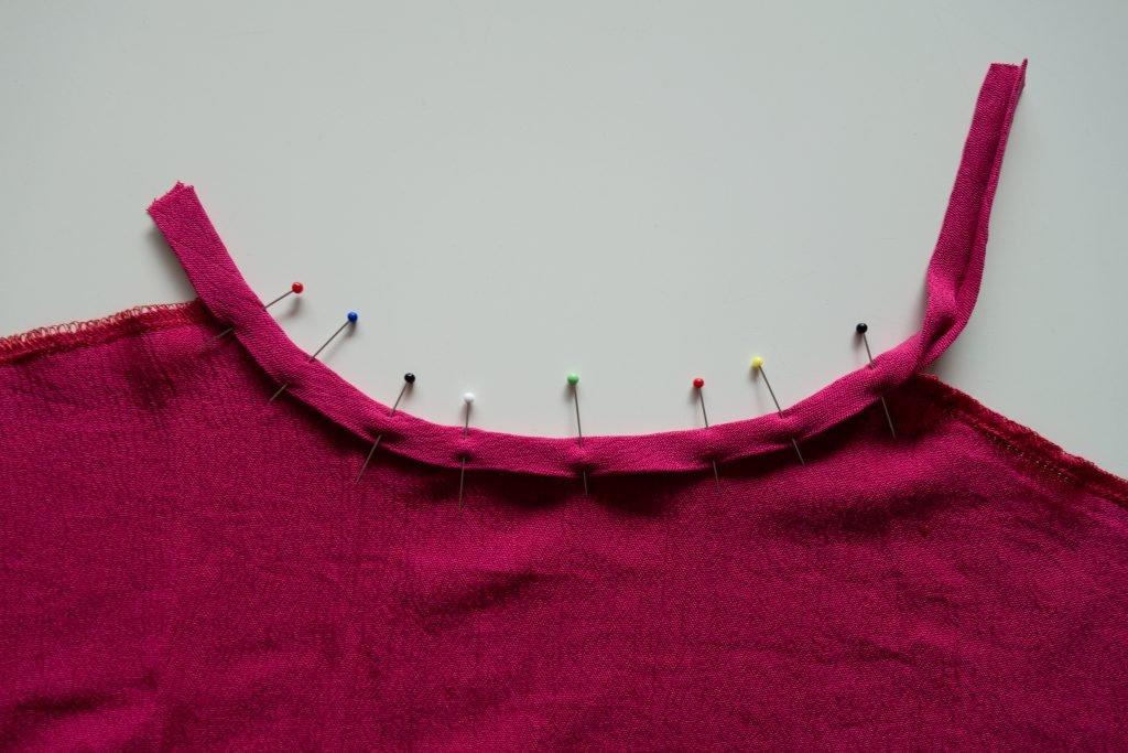 Schrägband an Halsausschnitt annähen