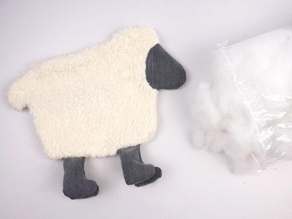 Schaf mit Füllwatte füllen