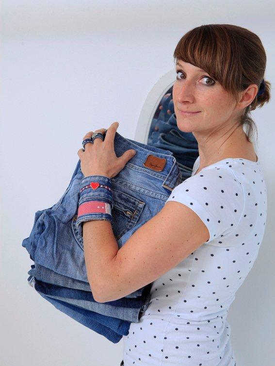 Laura mit Armband aus Jeans