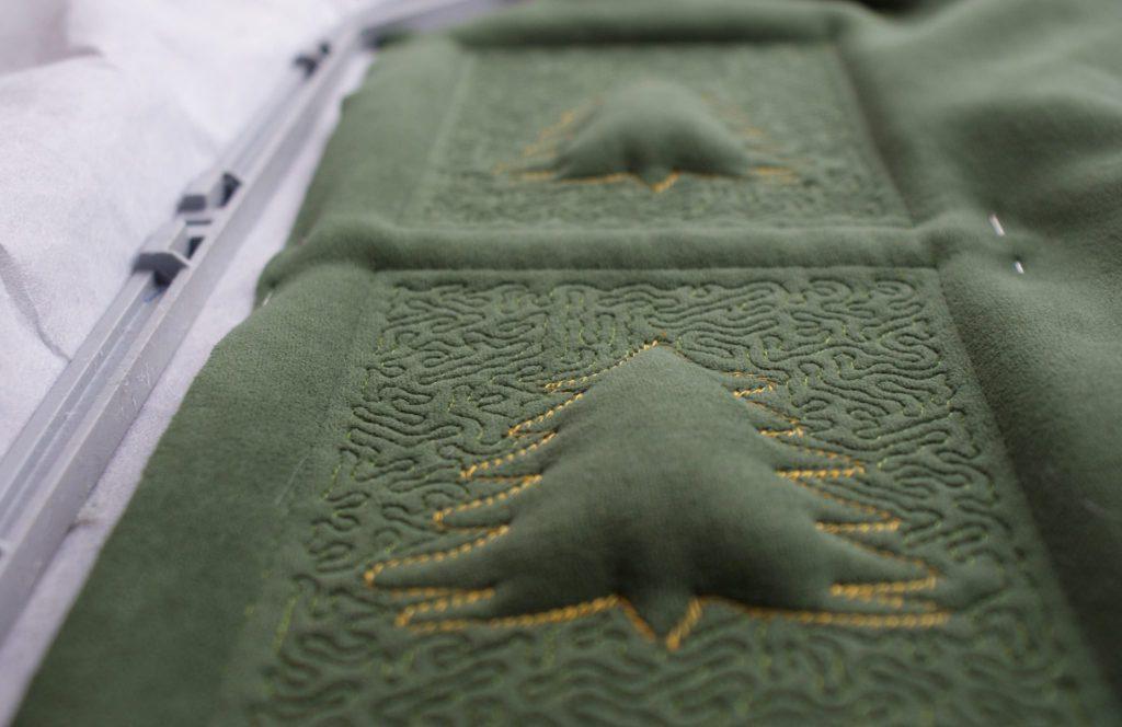 Weihnachtskarte sticken - Tannenbaum mit Reliefeffekt im Stickrahmen