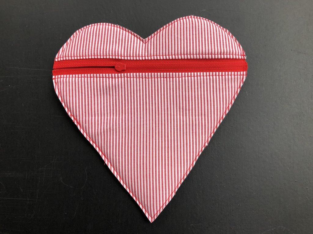 Das selbstgenähte Täschchen in Herz-Form ist fertig. Hier die Rückseite.