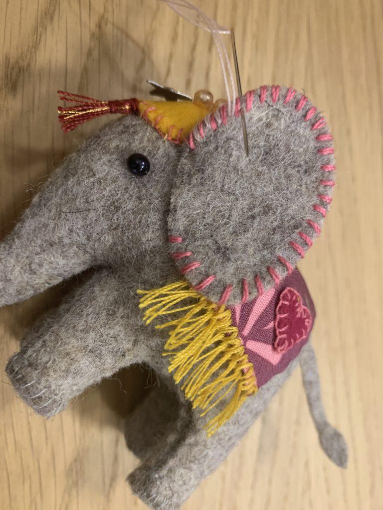 Vilten olifantjes oortjes vast zetten