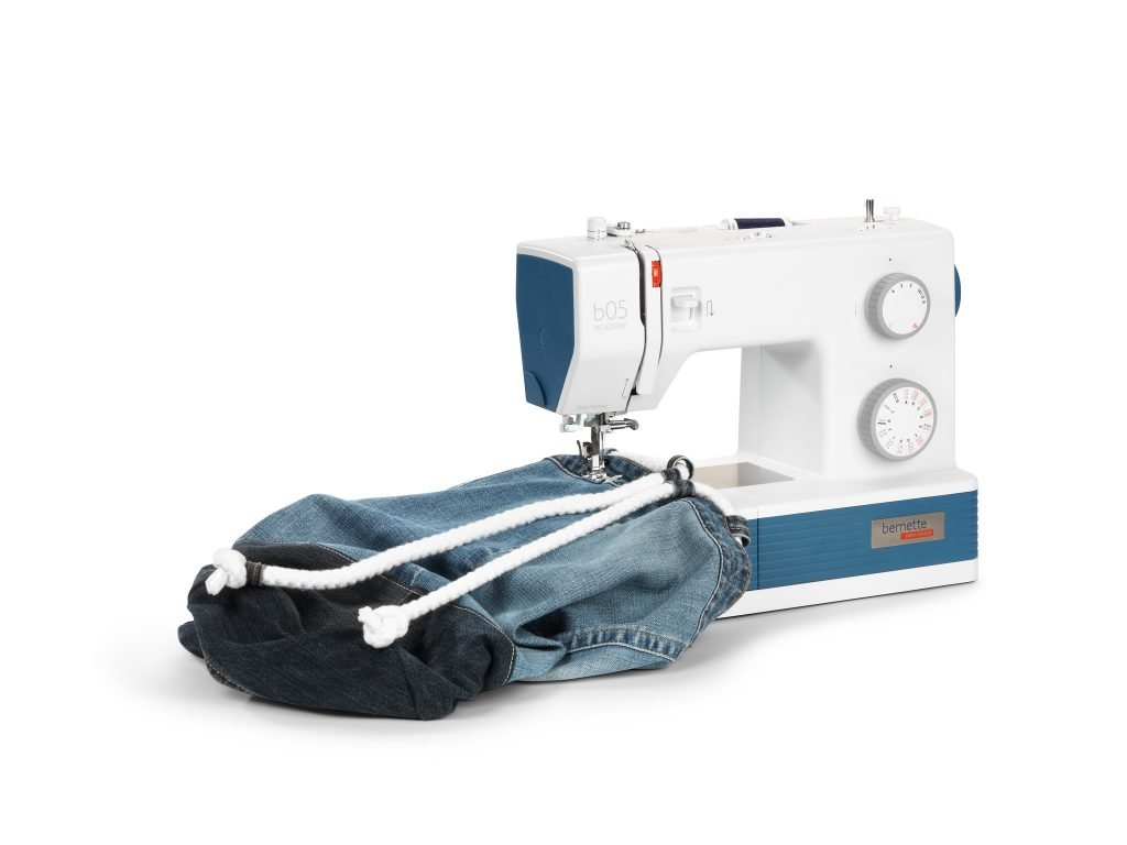 Sewing upcycling jeans bag