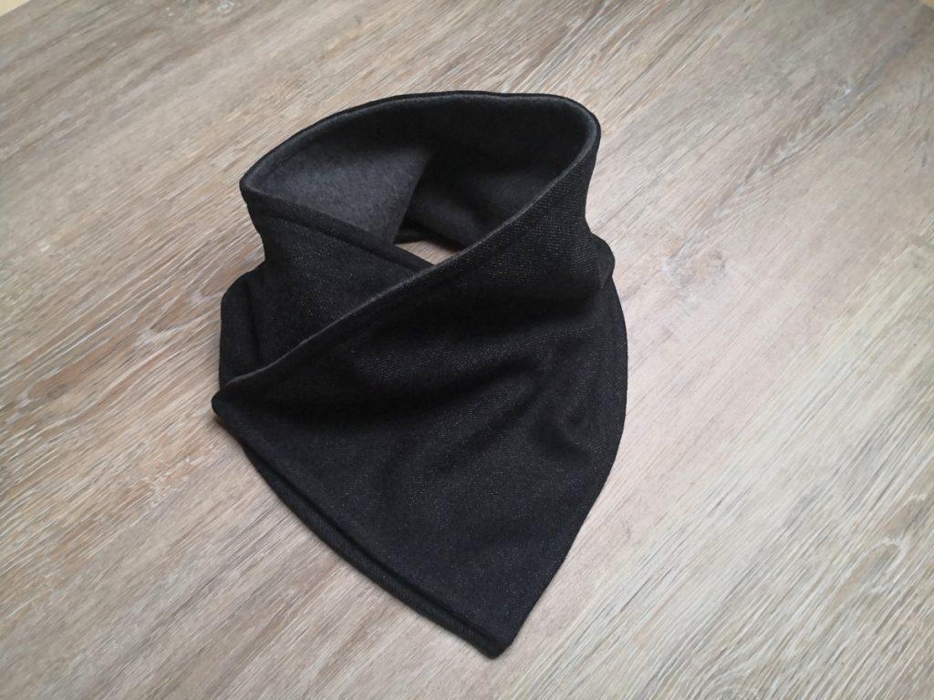 Halswärmer drapiert auf Arbeitsfläche