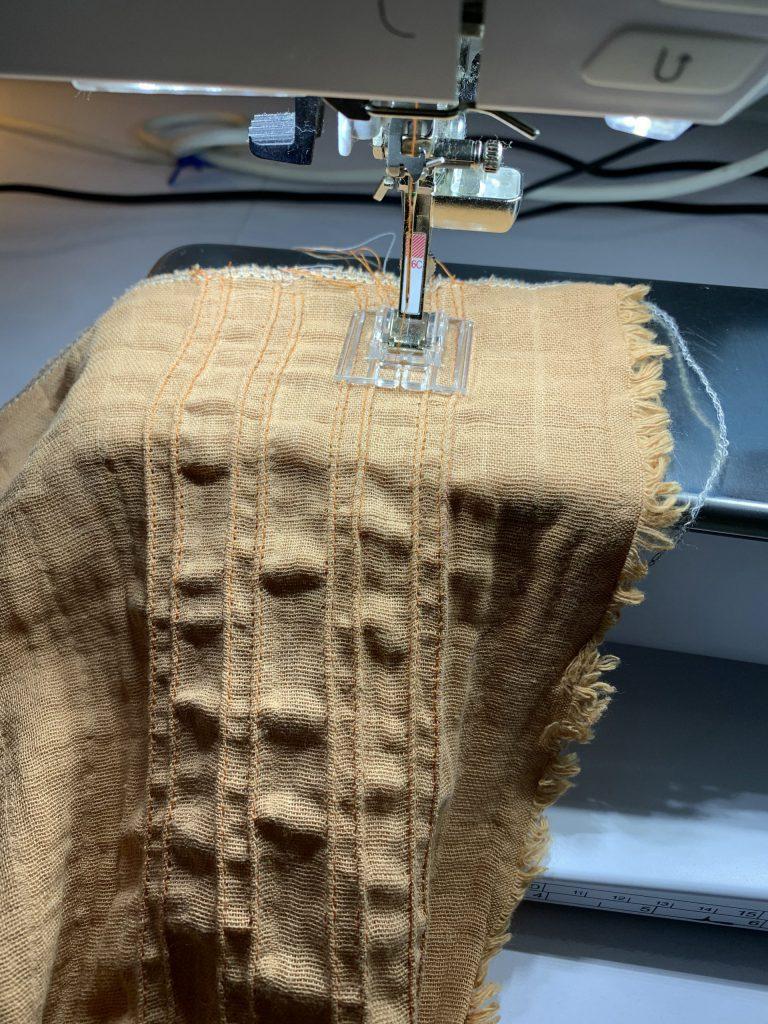 Biesen-Dekor auf den Schal sticken
