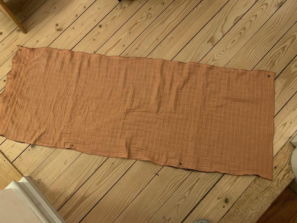 Druckknöpfe an den Schal anbringen