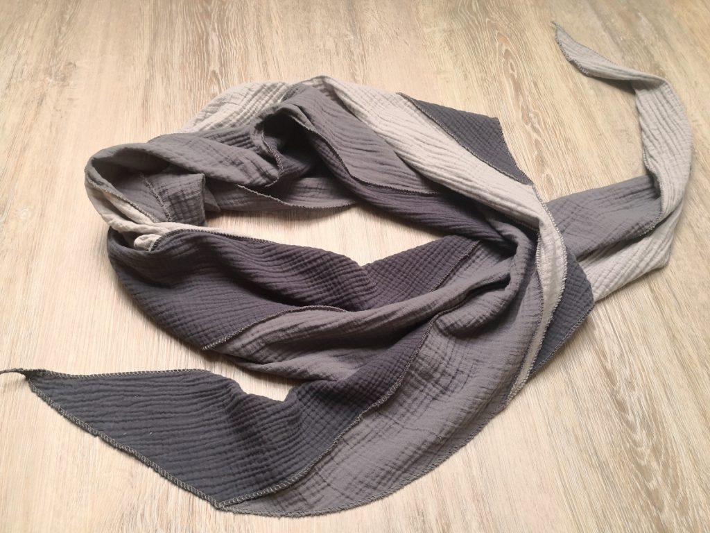 Fertiges Musselin-Schal-Tuch auf Boden