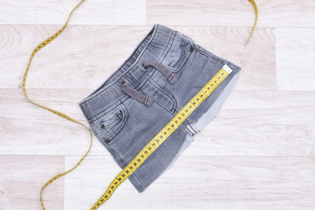 Alte Jeans als Material für Kinderrock