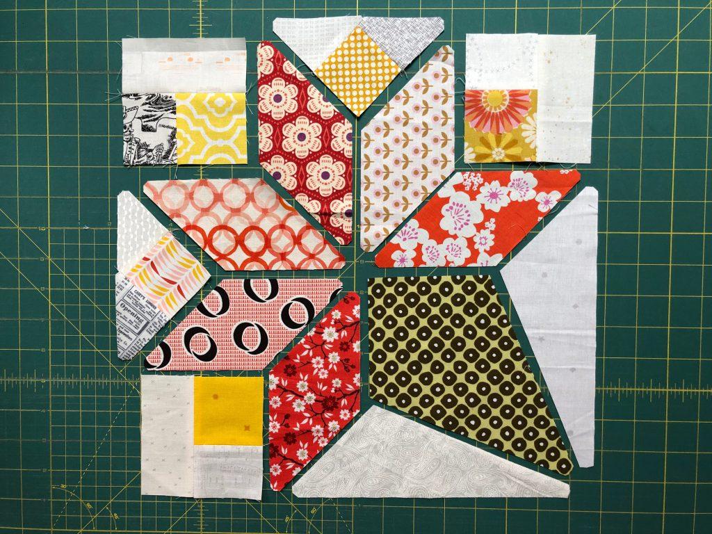 Beide Dreieck Blockteile des Brides Bouquet Patchwork Blocks werden zusammengefügt