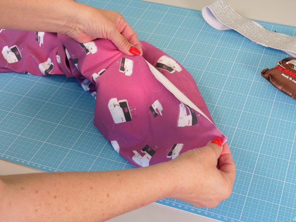 Hausanzug mit L 890 Stoffdesign - Hosenbündchen vorbereiten