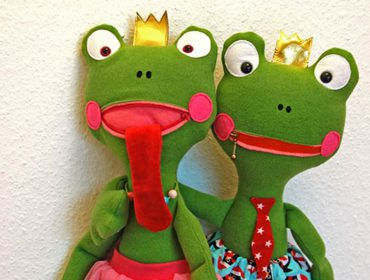 Sewing snuggly frog friends (with free pattern)