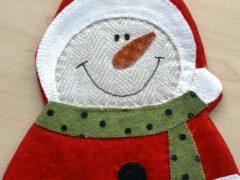Sewing a snowman mug rug for the Christmas table