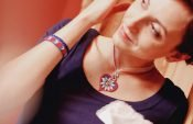 Last-minute embroidered gifts: Pendant and bracelet with romantic Alpine design