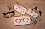 Make a glasses case on the embroidery machine.